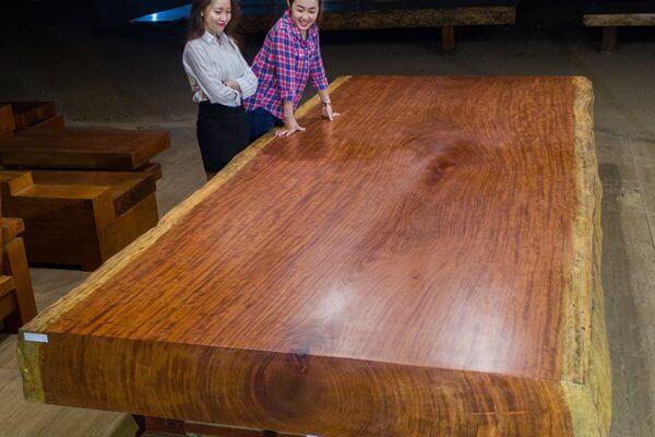 Lau khô bề mặt gỗ bằng khăn mặt, sau đó bôi một lớp dầu hạch đào lên bề mặt